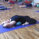 travail de la posture du diamant en Yogaball.