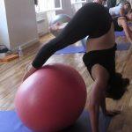 Le Yoga Ball® est parfait pour préparer les postures d'équilibre, comme Sirsasana.
