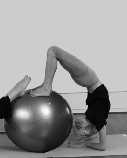 """travail du scorpion en Yoga Ball®"""