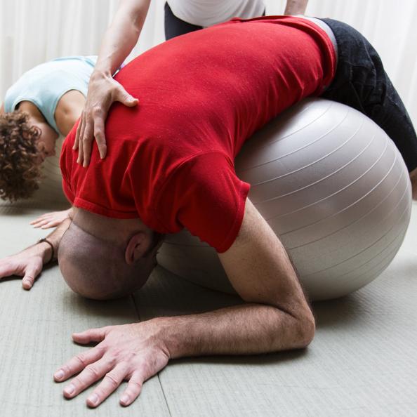 Le ballon suisse en Yoga Ball permet un travail spécifique tout en douceur pour lutter contre les maux de dos.
